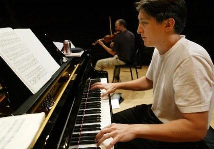 Freddy Kempf in rehearsal [no © details].jpg