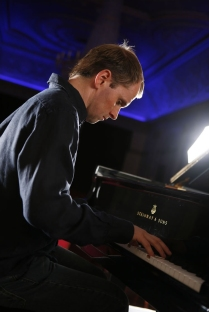 Steven_Osborne_credit_Ben_Ealovega_Blue_Piano.jpg